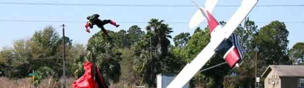 Paraquedista colhido por Cessna 170B